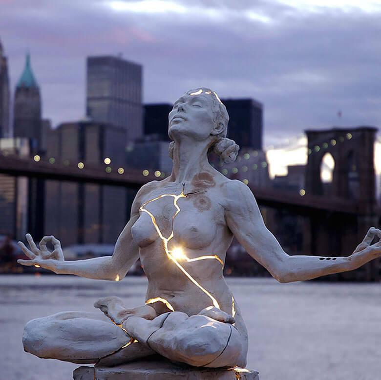 Een vrouw in krachtige meditatie