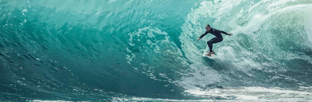 Een surfer die het golf surft en het trotseert